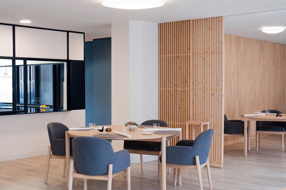 la conception du Restaurant Racine, une étoile au Michelin est la rencontre de Marine et Kazuyuki Tanaka avec le designer Jean-Charles Amey. A partir d'une direction artistique globale, le projet s'est étendu jusqu'à la réalisation du mobiliers, tables, chaises,fauteuils, dessert. Dans un style neo-zen la salle s'ouvre et dialogue avec le jardin aromates.