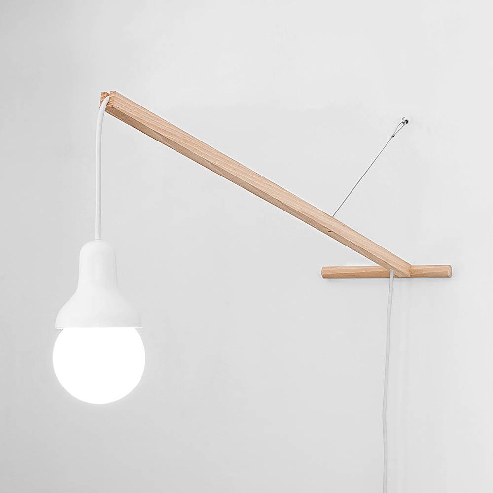 L'idée a été de concevoir un éclairage mobile qui puisse prendre place dans divers contextes. Il se déplace aisément de l'intérieur à l'extérieur le temps d'une soirée. Traveling light est une tentative de redéfinition d'un territoire plus étendu pour cette typologie de lampe. Le support mural est réduit à un crochet afin de faciliter la mobilité et de nouvelles installations de la lampe. Formé de métal repoussé, le dessin de la cloche s'est concentré sur l'autonomie et le caractère que l'ensemble dégage. Cette technique traditionnelle de mise en forme permet d'industrialiser une forme précise et qualitative et à un prix raisonnable. Autour de la pièce en bois usinée s'assemblent les différents éléments.