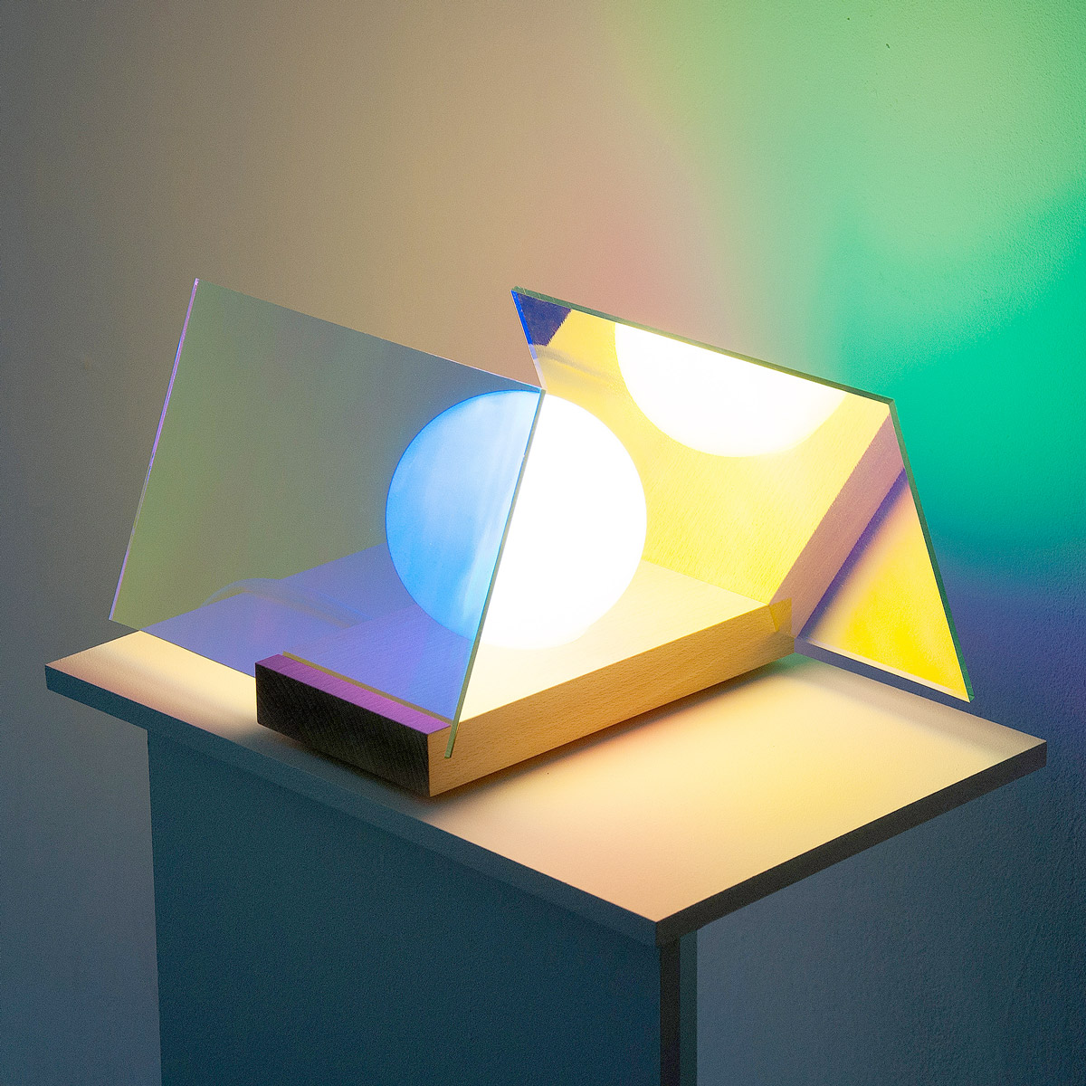 le prototype AO a été réalisé pour l'exposition OBJET LUMIÈRE. Il révèle l'intérieur d'un film dichroïc comme une lueur colorée. La réflexion optique de la lumière sur le film produit une couleur rouge ou dorée suivant le point de vue. Lorsque la lumière passe à travers, d'autres couleurs apparaissent. Sur un mur, elles se mélangent, couleurs réfractées et reflétées.Curated by Atelier BL119. 6 Dec. 2013 - 14 Feb. 2014 / OBJET LUMIÈRE at Galerie Tator in Lyon, France. L'exposition Objet Lumière est une réflexion-action menée en collaboration avec le designer Ferréol Babin.