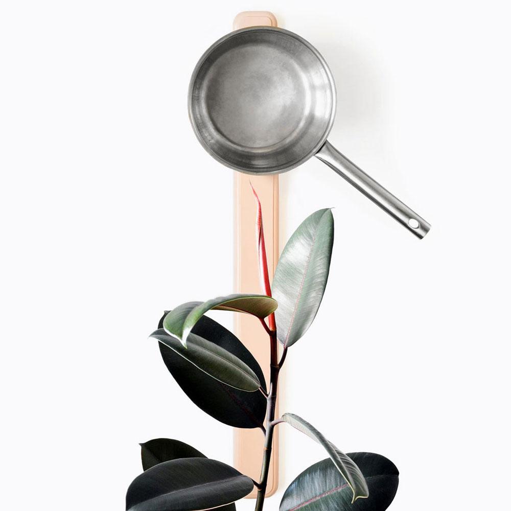 Ph1 est un objet de recherche dans le contexte de la cuisine et du rangement. Il s'agit d'une tentative d'ordonner verticalement des casseroles, habituellement cachées. C'est aussi le rappel des cuivres de nos grands-mères alors que la tenue verticale est produit par un système d'aimants justement sélectionnés.